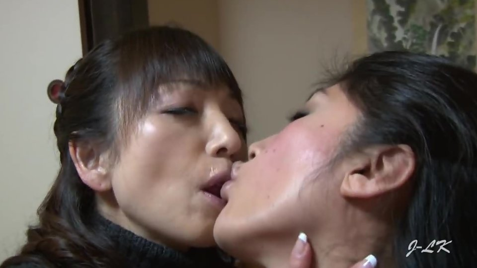 Girls Making Out Shower